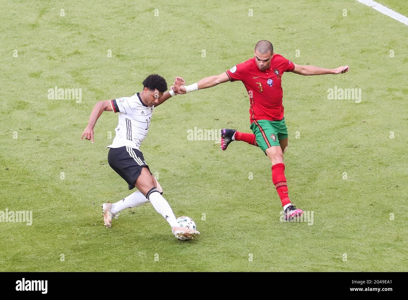 Munich, Allemagne. 19 juin 2021. Serge Gnabry (L) traverse la défense de Pepe, du Portugal, lors du match de championnat F de l'UEFA Euro 2020 à Munich, en Allemagne, le 19 juin 2021. Credit: Shan Yuqi/Xinhua/Alay Live News Banque D'Images