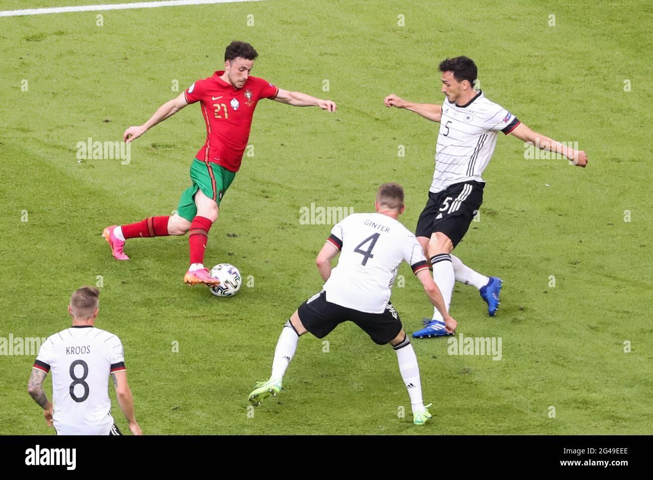 Munich, Allemagne. 19 juin 2021. Diogo Jota (haut L) du Portugal traverse la défense de Mats Hummels (haut R) de l'Allemagne lors du championnat de l'UEFA Euro 2020 du Groupe F à Munich, Allemagne, le 19 juin 2021. Credit: Shan Yuqi/Xinhua/Alay Live News Banque D'Images