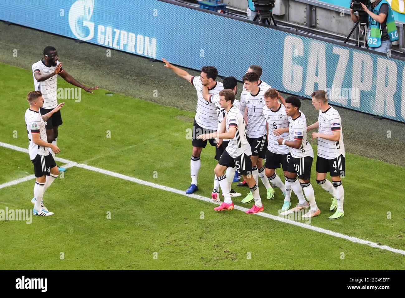 Munich, Allemagne. 19 juin 2021. Les joueurs d'Allemagne célèbrent un but propre du Portugal lors du match de championnat de l'UEFA Euro 2020 du Groupe F entre le Portugal et l'Allemagne à Munich, Allemagne, le 19 juin 2021. Credit: Shan Yuqi/Xinhua/Alay Live News Banque D'Images