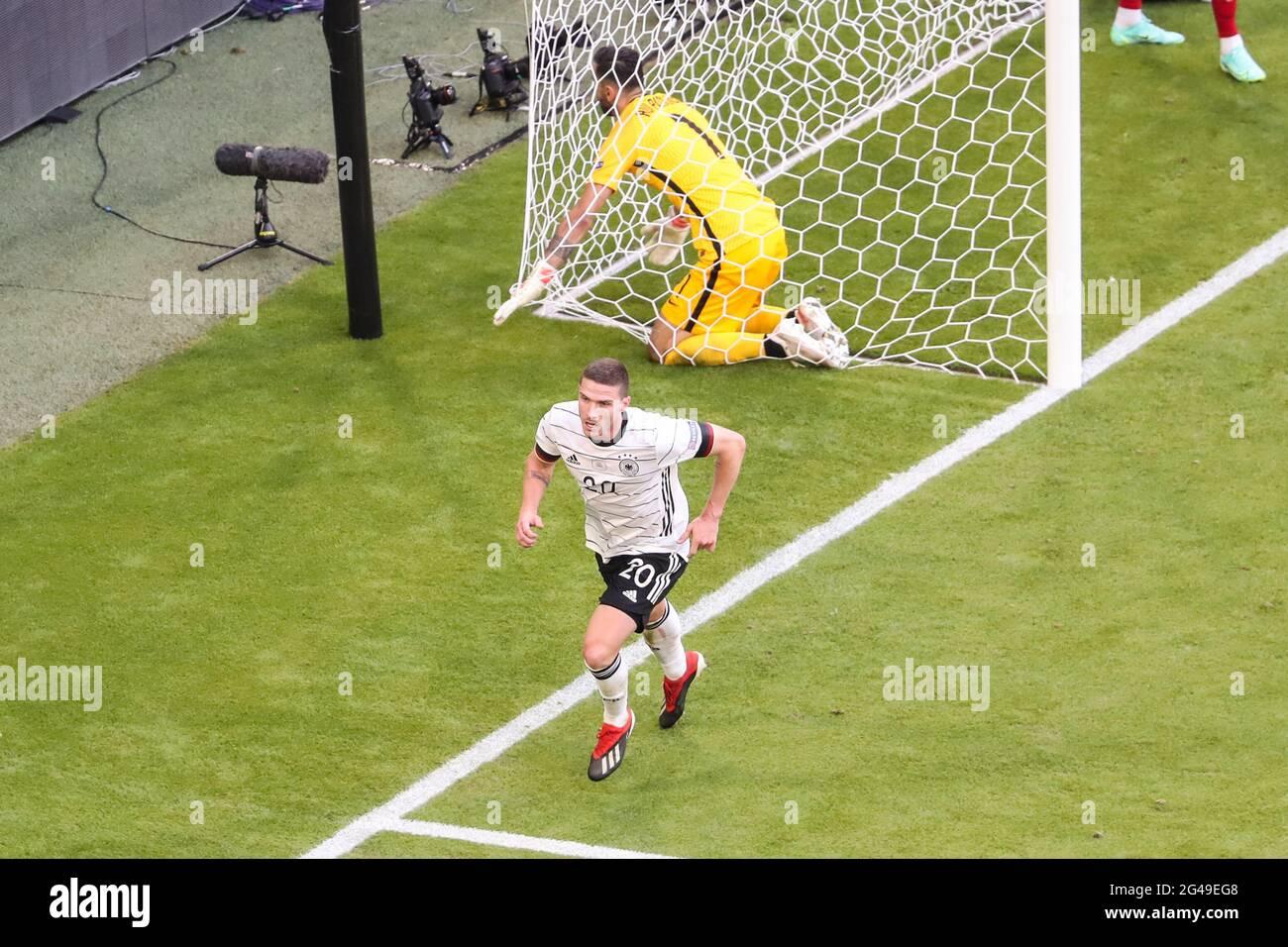 Munich, Allemagne. 19 juin 2021. Robin Gosens (en bas) d'Allemagne célèbre son score lors du match de championnat F de l'UEFA Euro 2020 entre le Portugal et l'Allemagne à Munich, en Allemagne, le 19 juin 2021. Credit: Shan Yuqi/Xinhua/Alay Live News Banque D'Images