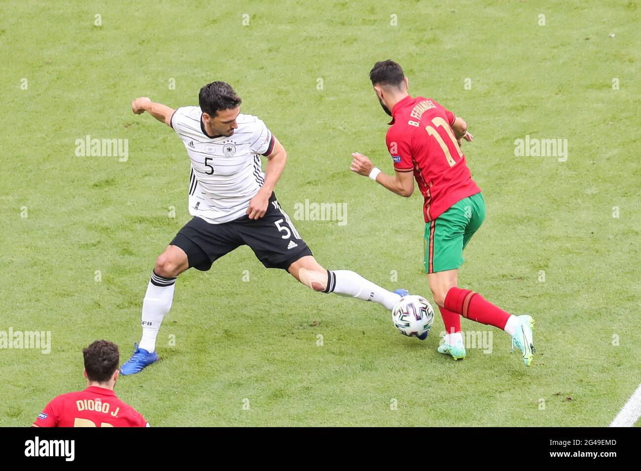 Munich, Allemagne. 19 juin 2021. Mat Hummels (top L) de l'Allemagne rivalise avec Bruno Fernandes du Portugal lors du championnat UEFA Euro 2020 du Groupe F à Munich, Allemagne, le 19 juin 2021. Credit: Shan Yuqi/Xinhua/Alay Live News Banque D'Images