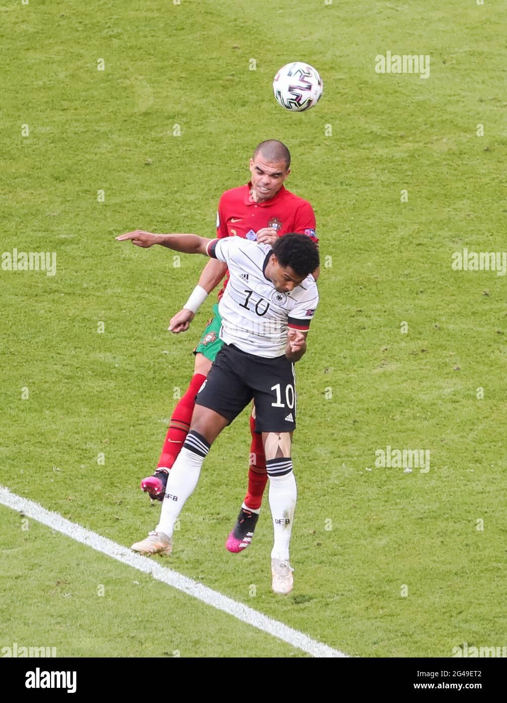 Munich, Allemagne. 19 juin 2021. Pepe (en haut) du Portugal rivalise avec Serge Gnabry, d'Allemagne, lors du championnat de l'UEFA Euro 2020 du Groupe F à Munich, en Allemagne, le 19 juin 2021. Credit: Shan Yuqi/Xinhua/Alay Live News Banque D'Images