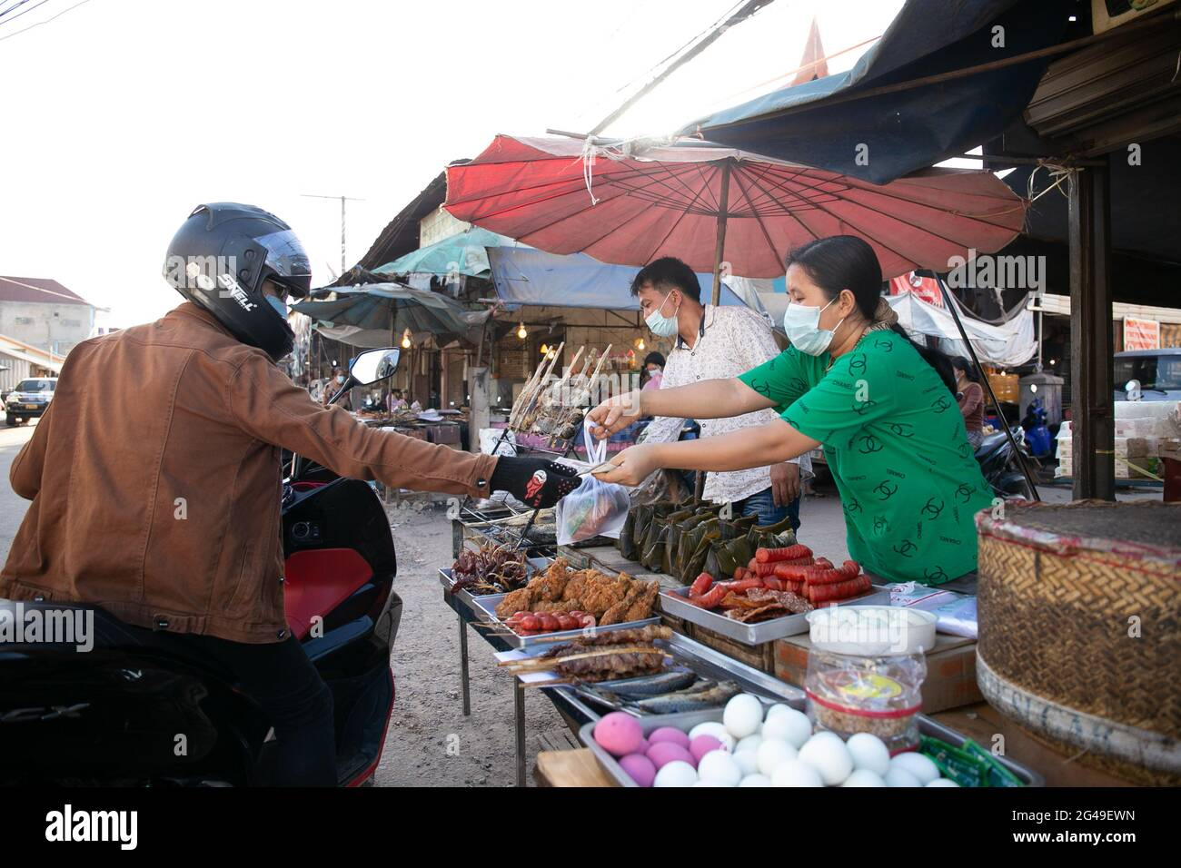 Vientiane, Laos. 19 juin 2021. Les vendeurs portant des masques vendent des plats à emporter à Vientiane, au Laos, le 19 juin 2021. Le Laos a prolongé son verrouillage des mesures de prévention COVID-19 dans tout le pays pendant 15 jours supplémentaires, alors que la propagation communautaire de COVID-19 dans la capitale se poursuit. Credit: Kaikeo Saiyasane/Xinhua/Alay Live News Banque D'Images