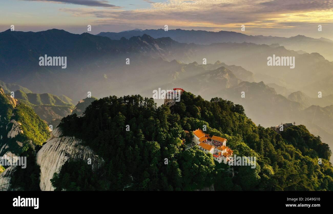 Huayin. 19 juin 2021. La photo aérienne prise le 19 juin 2021 montre le paysage du Mont Huashan dans la province de Shaanxi, dans le nord-ouest de la Chine. Credit: Tao Ming/Xinhua/Alamy Live News Banque D'Images