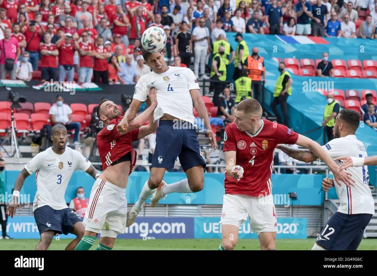 Budapest. 19 juin 2021. Raphael Varane (C), de France, va en tête lors du match du Groupe F entre la Hongrie et la France à l'Euro 2020 de l'UEFA à Budapest, Hongrie, le 19 juin 2021. Credit: Attila Volgyi/Xinhua/Alay Live News Banque D'Images
