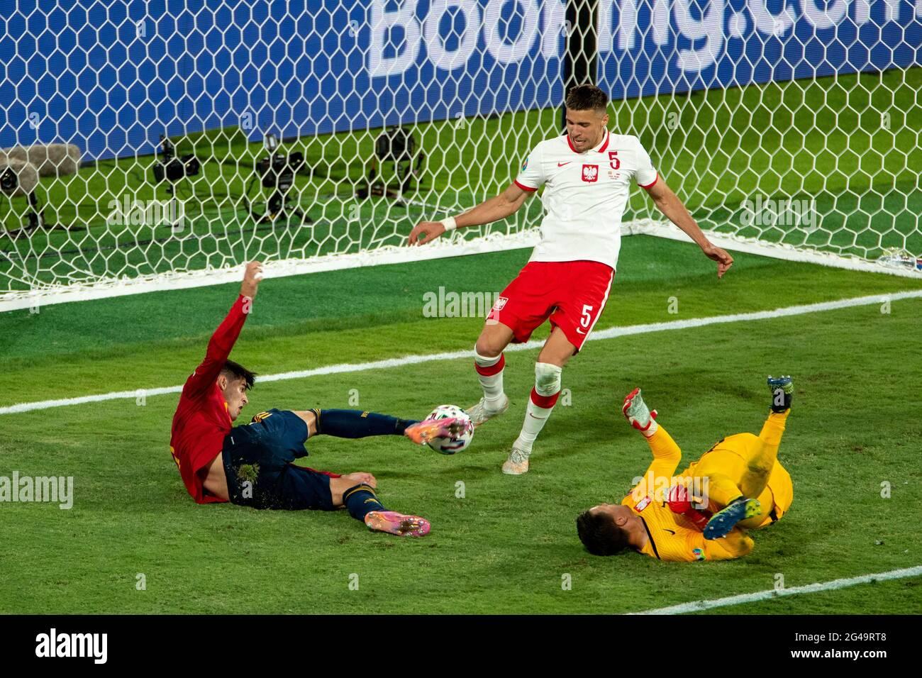 Séville, Espagne. 19 juin 2021. Alvaro Morata (L) d'Espagne tire le ballon lors du match du Groupe E entre l'Espagne et la Pologne à l'Euro 2020 de l'UEFA à Séville, Espagne, le 19 juin 2021. Credit: Meng Dingbo/Xinhua/Alay Live News Banque D'Images