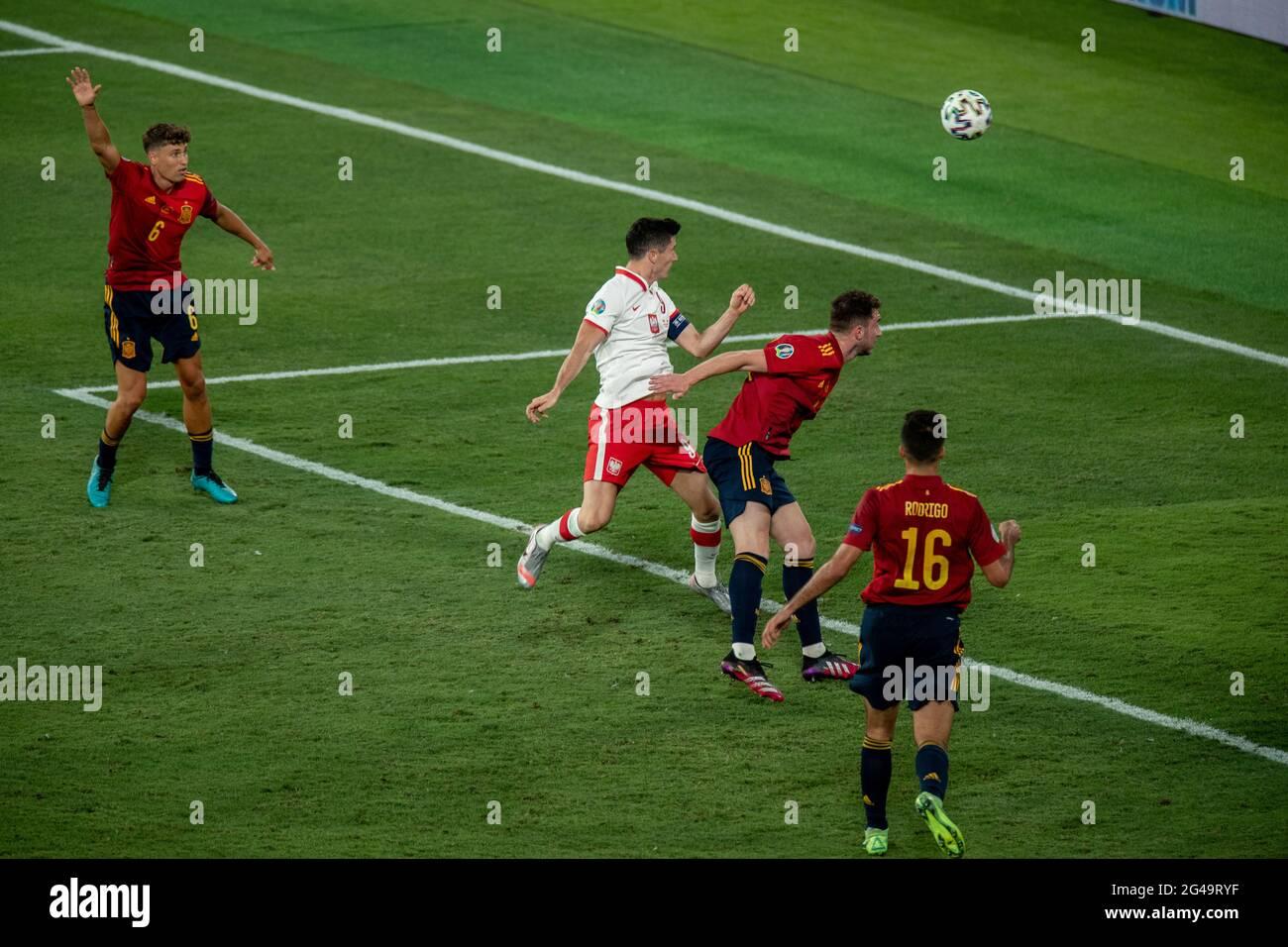Séville, Espagne. 19 juin 2021. Robert Lewandowski (2e L) de Pologne marque le but lors du match du Groupe E entre l'Espagne et la Pologne à l'Euro 2020 de l'UEFA à Séville, Espagne, le 19 juin 2021. Credit: Meng Dingbo/Xinhua/Alay Live News Banque D'Images