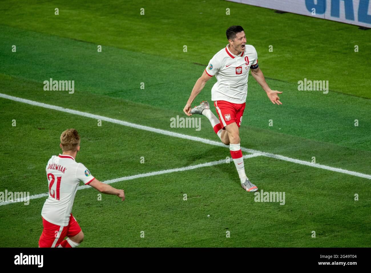 Séville, Espagne. 19 juin 2021. Robert Lewandowski (R), de Pologne, célèbre son but lors du match du Groupe E entre l'Espagne et la Pologne à l'Euro 2020 de l'UEFA à Séville (Espagne), le 19 juin 2021. Credit: Meng Dingbo/Xinhua/Alay Live News Banque D'Images