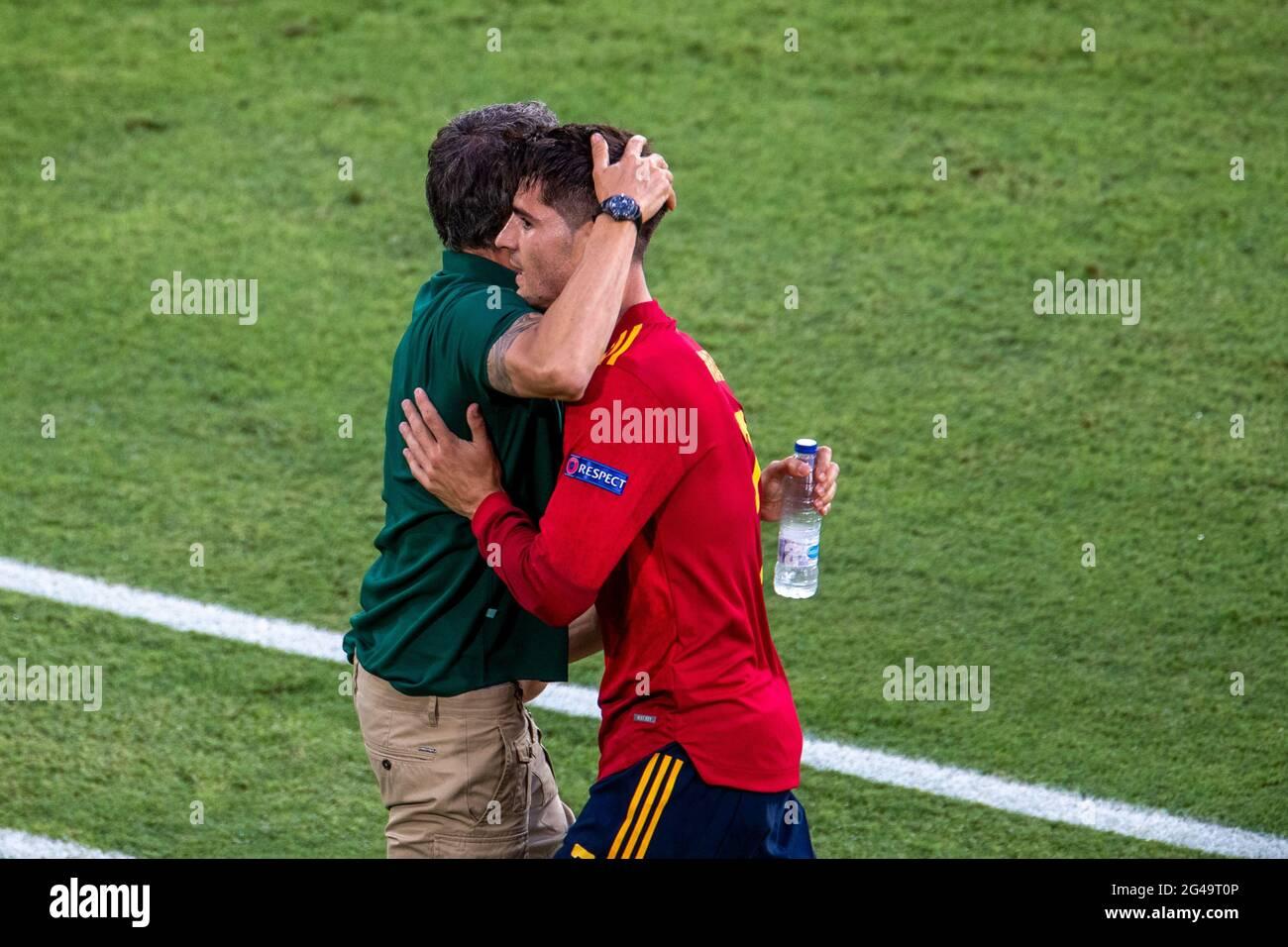 Séville, Espagne. 19 juin 2021. Alvaro Morata (R) en Espagne célèbre son but avec l'entraîneur Luis Enrique lors du match du Groupe E entre l'Espagne et la Pologne à l'Euro 2020 de l'UEFA à Séville, Espagne, le 19 juin 2021. Credit: Meng Dingbo/Xinhua/Alay Live News Banque D'Images