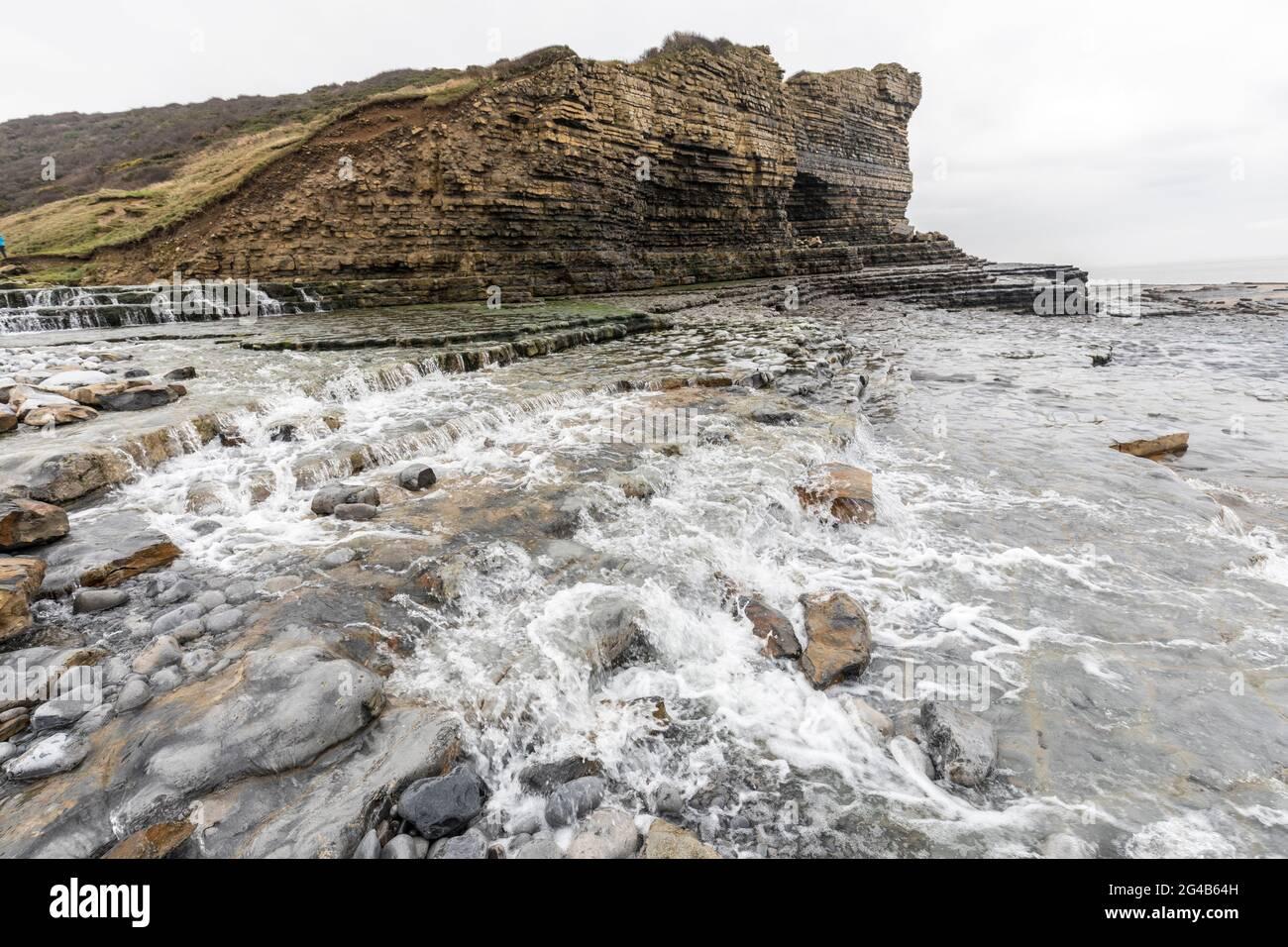 Ruisseau d'eau douce qui coule sur la plage de Traeth Mawr sur le Wales Coast Path près de Monknash, pays de Galles, Royaume-Uni Banque D'Images