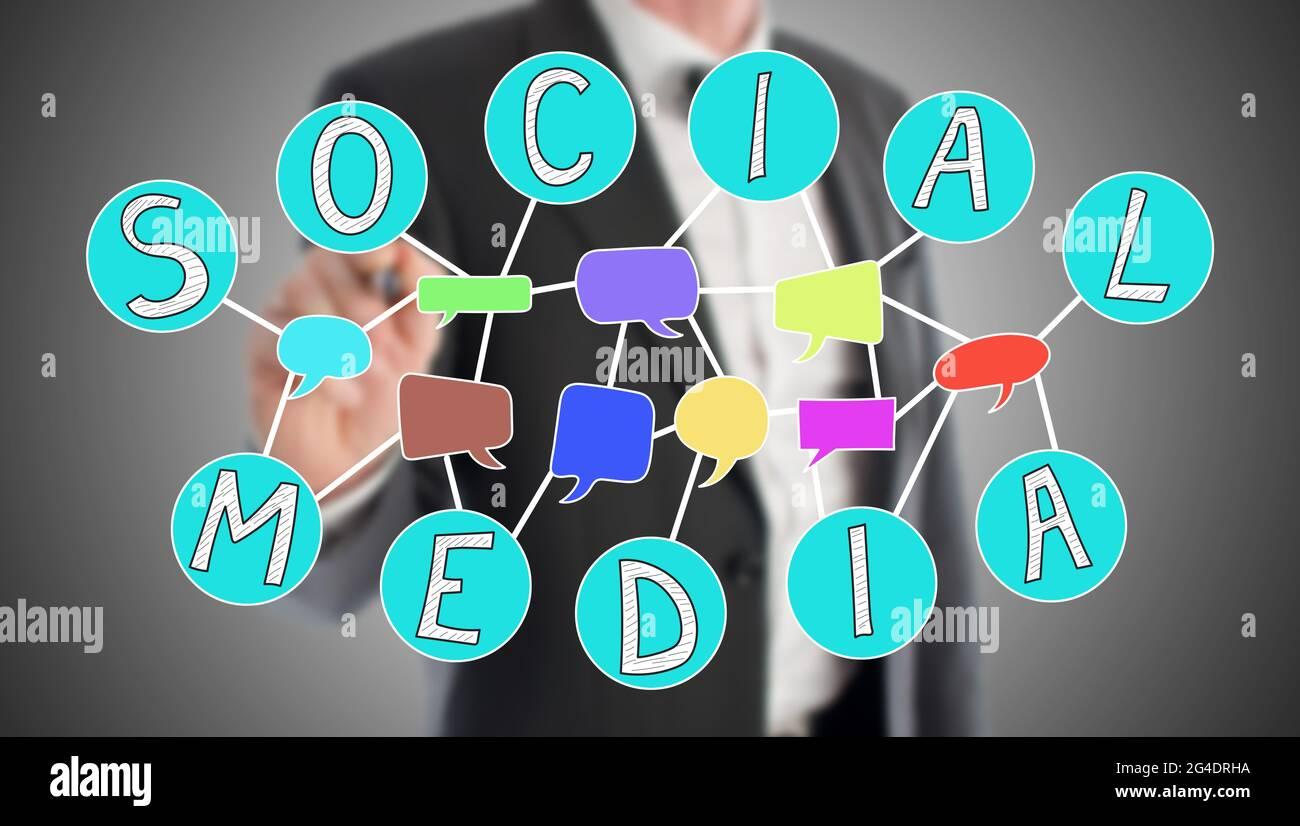 Concept de médias sociaux dessiné par un homme d'affaires en arrière-plan Banque D'Images