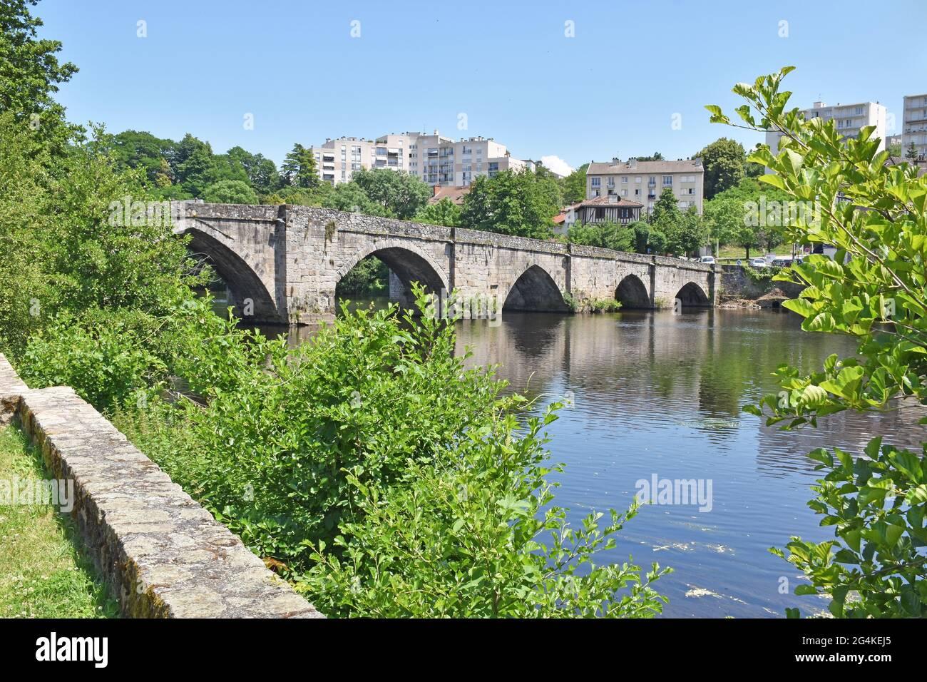 Le Pont (pont) Saint-Martial au-dessus de la Vienne à Limoges, France, construit c1205 sur les fondations d'un pont romain, par Henri II, roi d'Angleterre Banque D'Images
