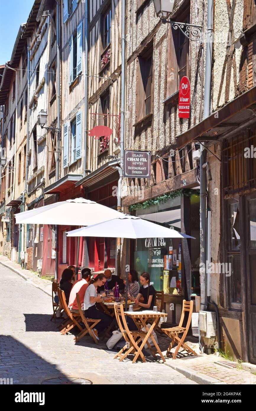 Maisons médiévales restaurées dans la rue de la Boucherie, à Limoges, France, les anciens shambles, quartier des bouchers, aujourd'hui occupé par des restaurants, des boutiques, etc Banque D'Images