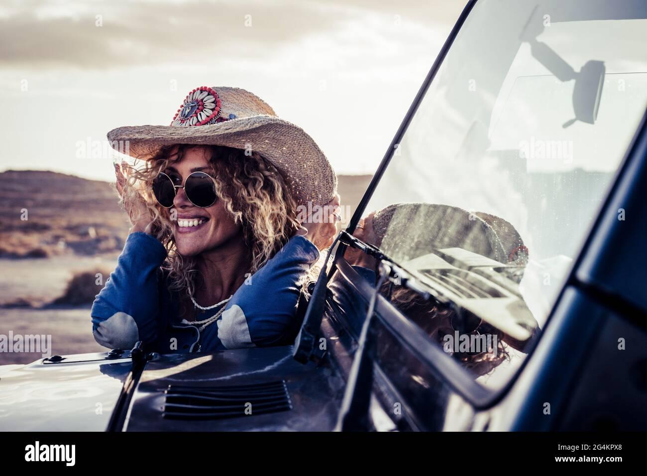 Tendance blonde attrayante jeune femme adulte sourire et profiter du voyage en voiture dans la campagne aventure - les femmes ont du plaisir pendant le voyage en véhicule Banque D'Images