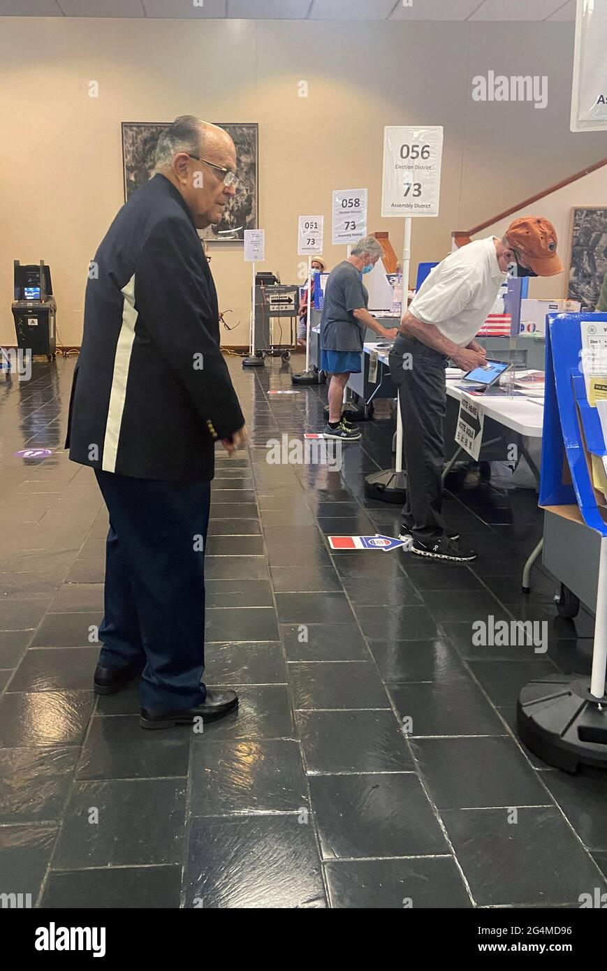 New York, NY, États-Unis. 22 juin 2021. Le 22 juin 2021, l'ancien maire de New York Rudolph Giuliani a voté le jour de l'élection primaire au Hunter College de New York. Crédit : iz/Media Punch/Alamy Live News Banque D'Images