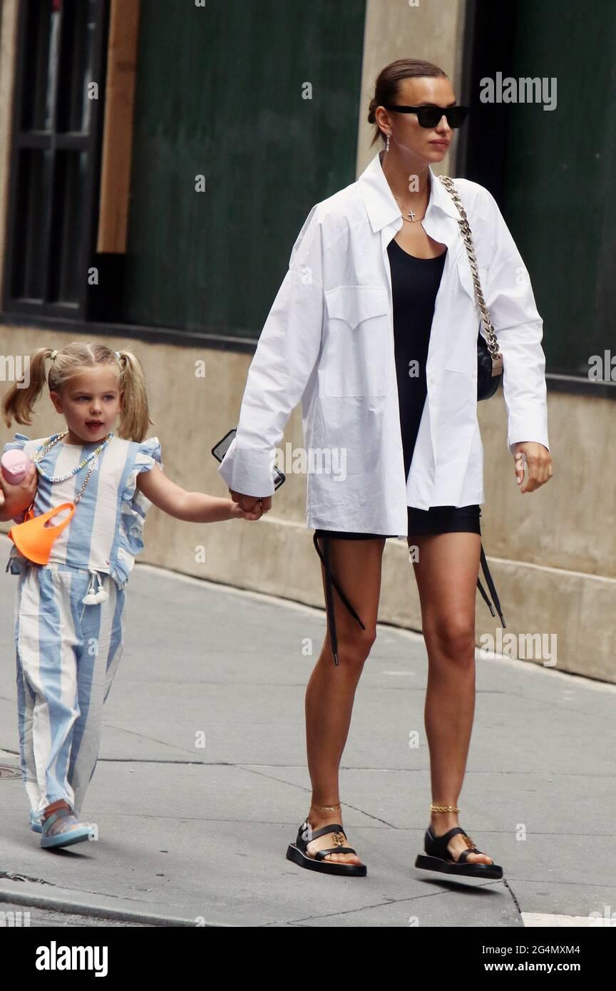 New York, NY, États-Unis. 22 juin 2021. Irina Shayk et le de Seine Shayk Cooper vus à Soho à New York. 22 juin 2021. Crédit : RW/Media Punch/Alamy Live News Banque D'Images