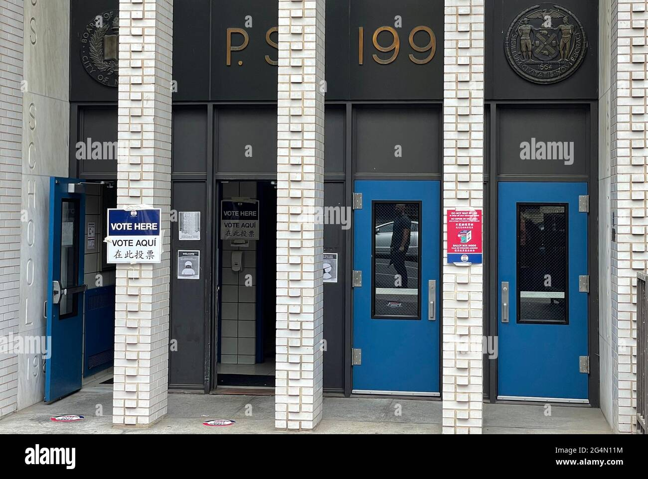 NEW YORK, NY- 22 JUIN : NYC va aux urnes le jour des élections primaires au PS 199 dans l'Upper West Side à New York le 22 juin 2021. Crédit: Rainmaker photos/MediaPunch Banque D'Images