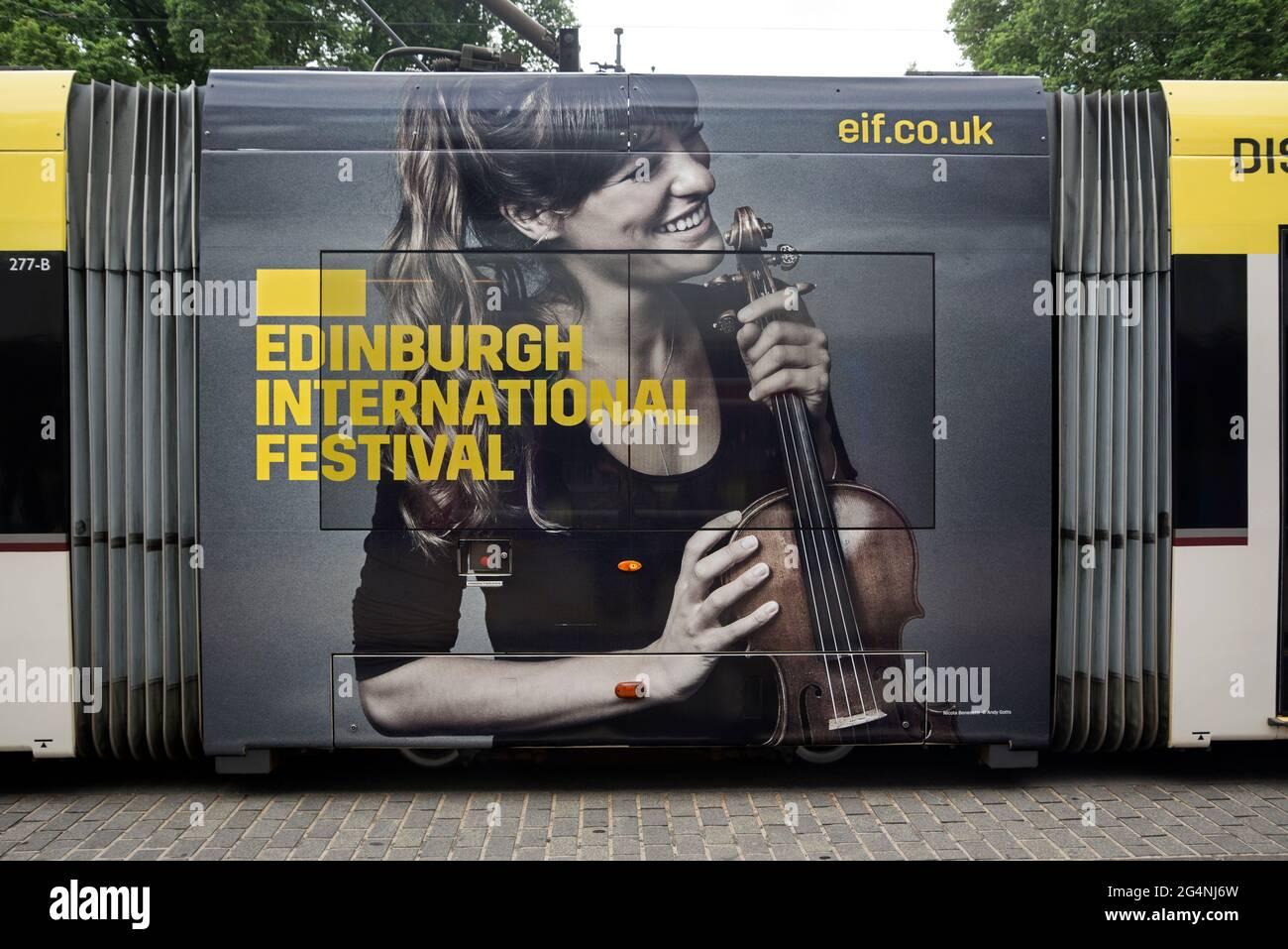 Publicité pour le Festival international d'Édimbourg avec une photo de la violoniste écossaise Nicola Benedetti sur le côté d'un tramway d'Édimbourg. Banque D'Images