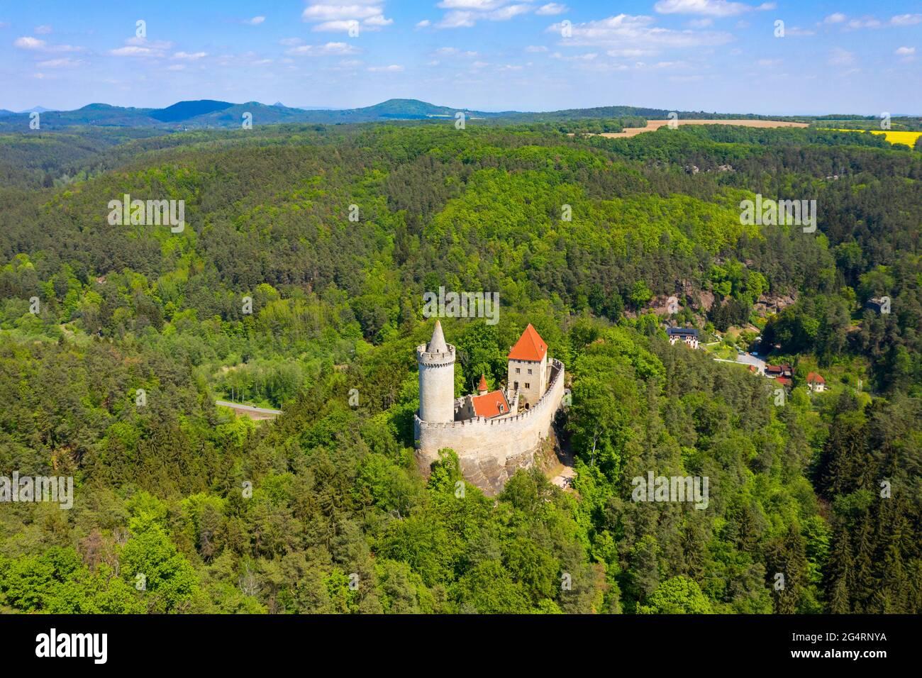 Vue aérienne du château médiéval de Kokorin à proximité de Prague en Tchéquie. Europe centrale. Château gothique médiéval Kokorin, Kokorinsko zone protégée du paysage i Banque D'Images