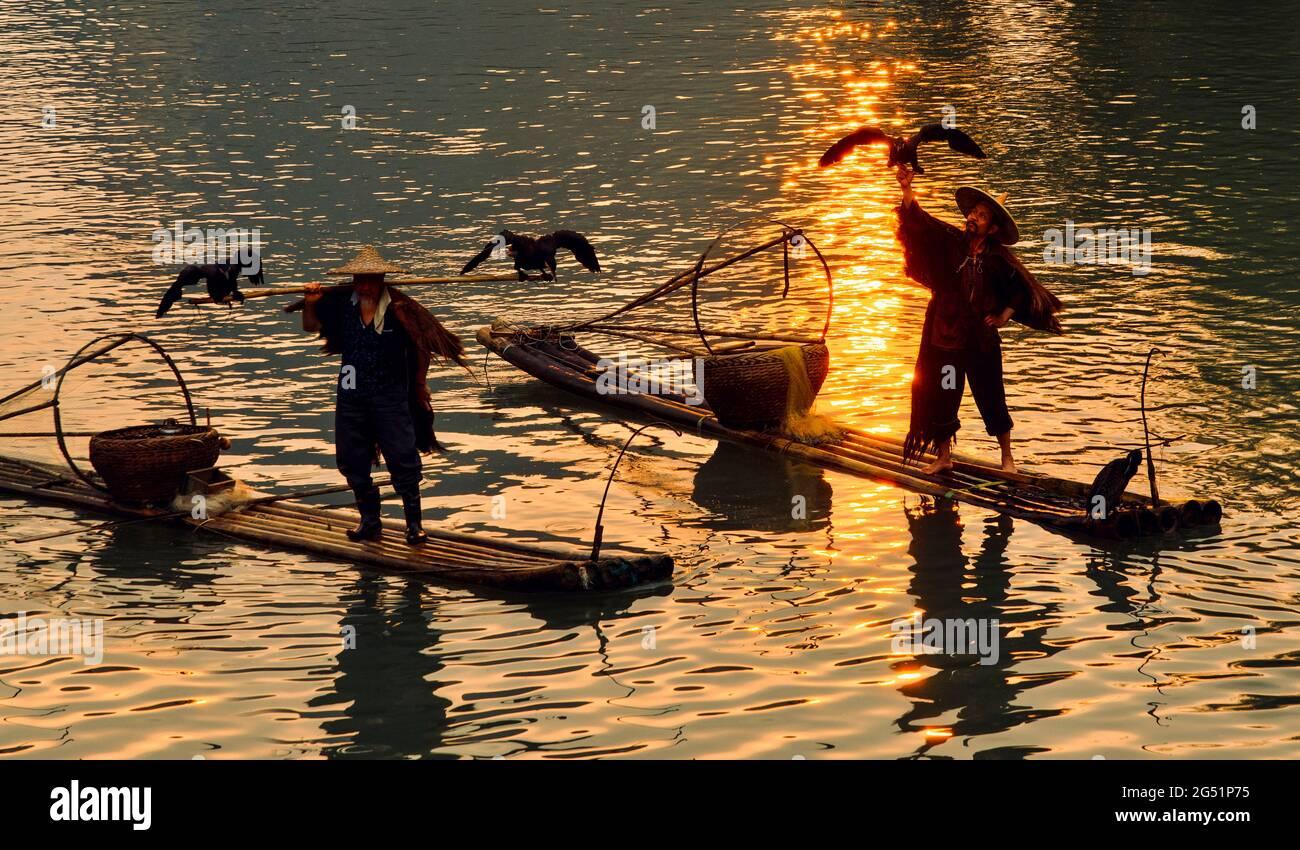 Pêcheurs avec cormorans au coucher du soleil, Li River, Xingping, province de Shaanxi, Chine Banque D'Images