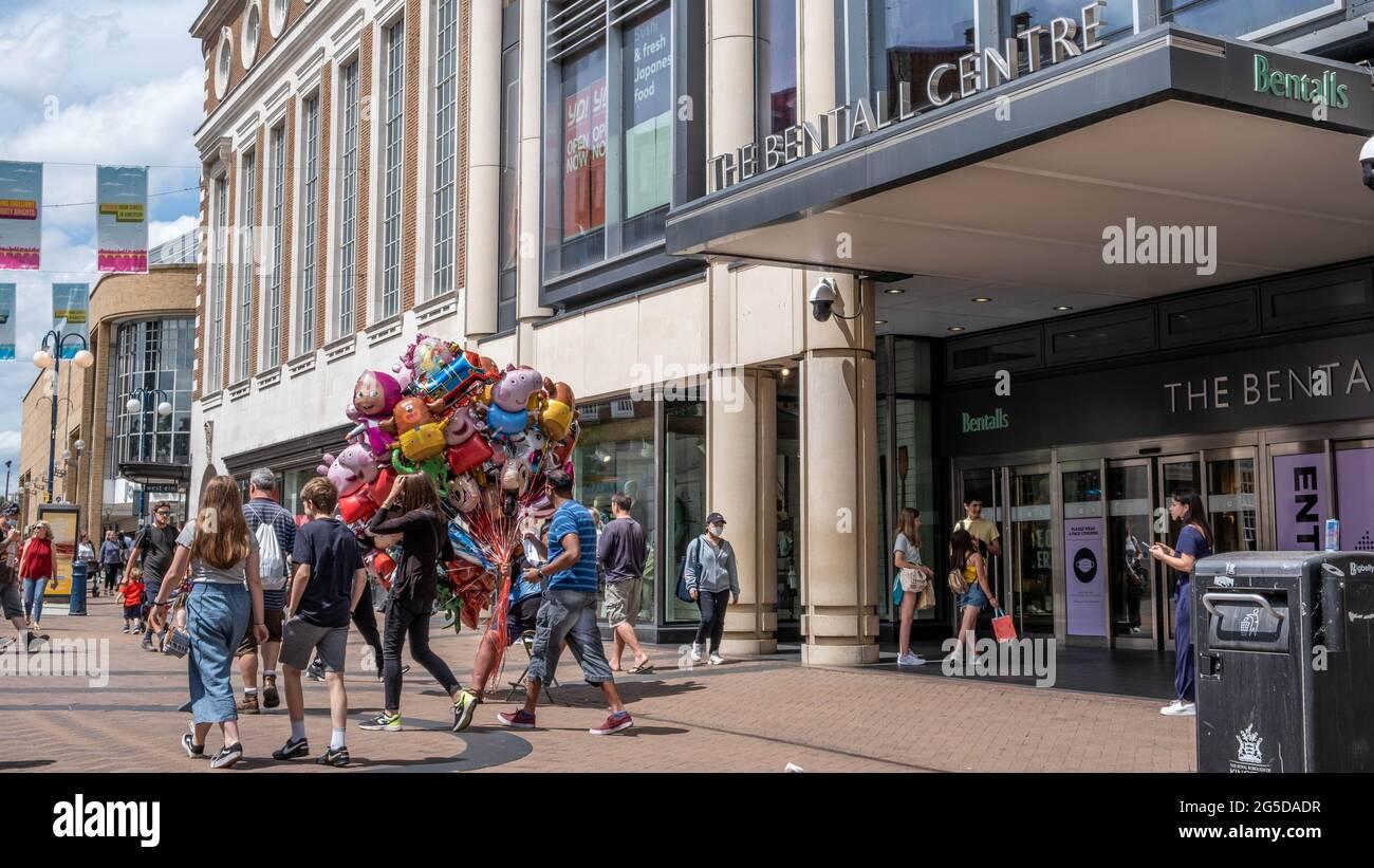 Kingston London UK, juin 26 2021, Shoppers passant UN homme vendant des ballons pour enfants de fantaisie à l'extérieur du centre commercial Bentonls Banque D'Images