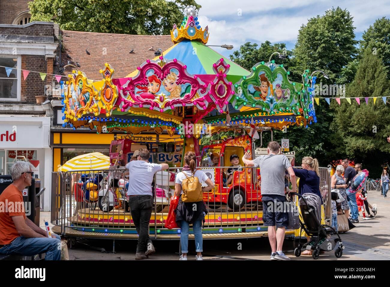 Kingston Londres, Royaume-Uni, juin 26 2021, parents regardant les enfants sur UN rond-point de Fairground Ride Banque D'Images