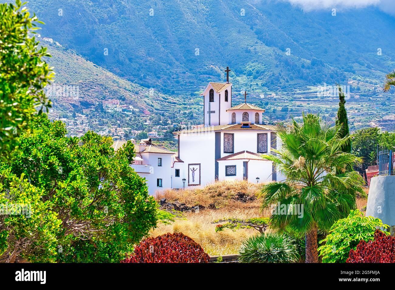 La Iglesia Ntra. Senora de la Paz dans le quartier la Paz de Puerto de la Cruz sur Tenerife. En arrière-plan la vallée d'Orotava. Banque D'Images