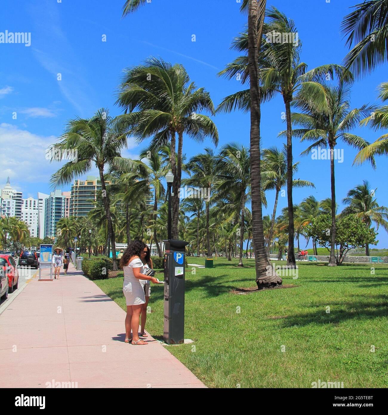 Miami, Floride - 09 09 2012: Scène urbaine près de la rue Ocean Drive Banque D'Images