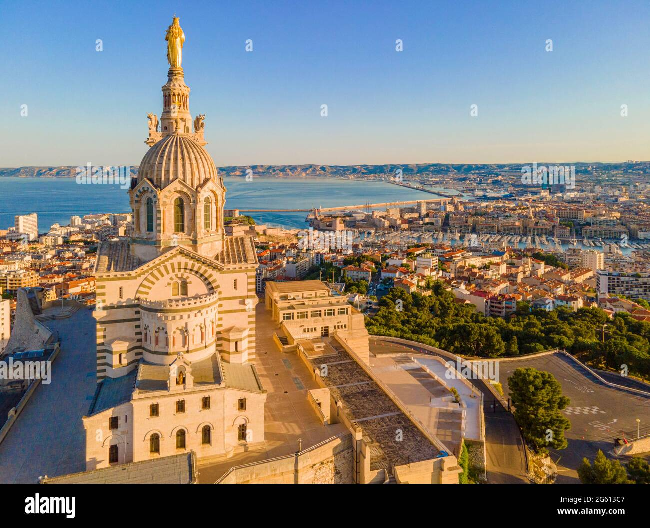 France, Bouches du Rhône, Marseille, vue générale avec la basilique notre Dame de la Garde (vue aérienne) Banque D'Images