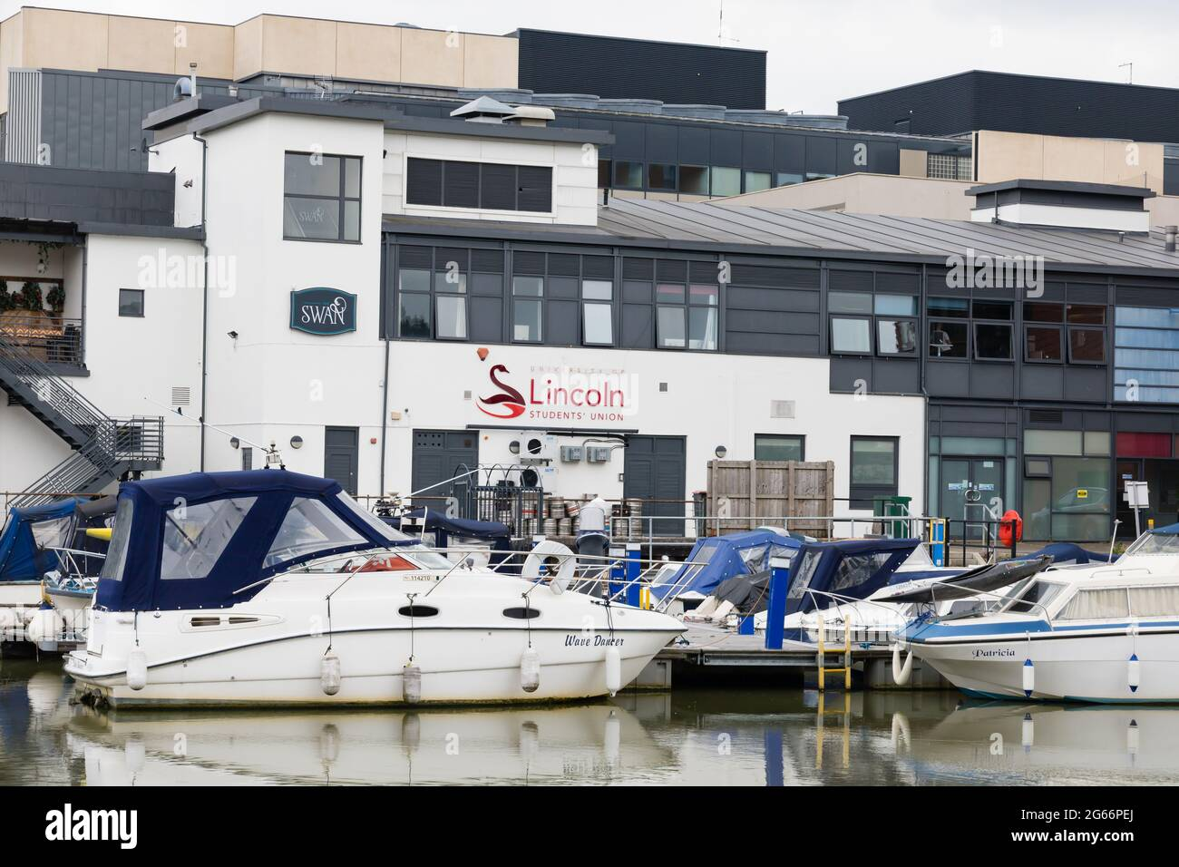 Université de lincoln, Students Union Bar sur la piscine de Brayford, avec des bateaux à moteur amarrés derrière. Lincoln, Lincolnshire, Angleterre Banque D'Images