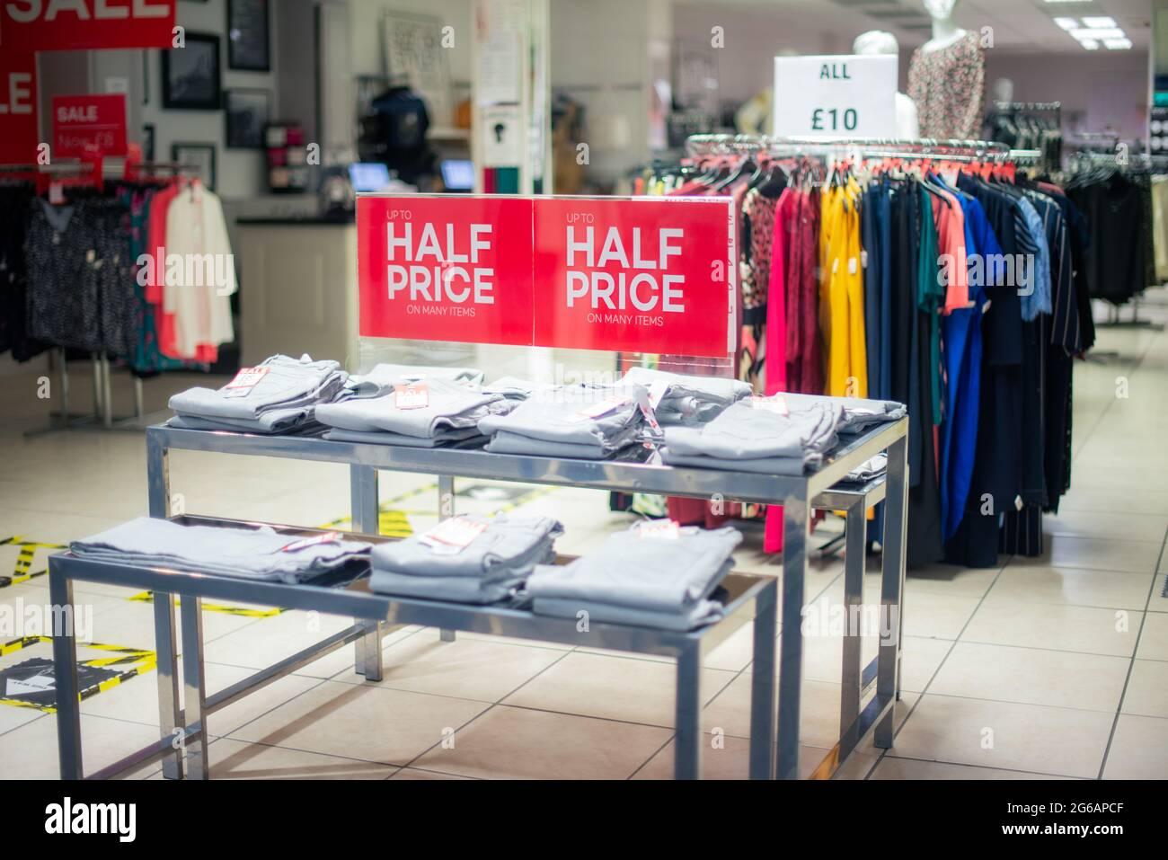 Affiche de vente dans la boutique de vêtements. Grande réduction en raison de la fermeture du magasin. Point de vente à prix réduit. Black friday, concept de lendemain de Noël. Mise au point sélective. Copier sp Banque D'Images