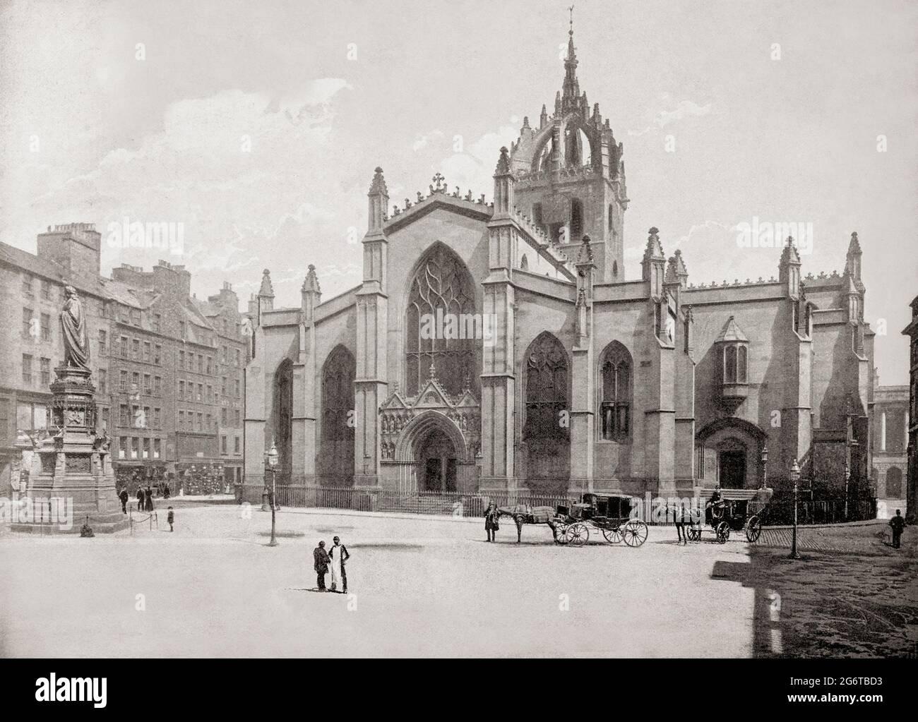 Vue de la fin du XIXe siècle sur la cathédrale St Giles ou le haut Kirk d'Édimbourg, une église paroissiale de l'église d'Écosse dans la vieille ville d'Édimbourg. Le bâtiment actuel a commencé au XIVe siècle et s'est prolongé jusqu'au début du XVIe siècle; d'importantes modifications ont été apportées aux XIXe et XXe siècles, y compris l'ajout de la chapelle de Thistle. St Giles' est étroitement associé à de nombreux événements et personnages de l'histoire écossaise, y compris John KNOX, qui a servi de ministre de l'église après la réforme écossaise. Banque D'Images