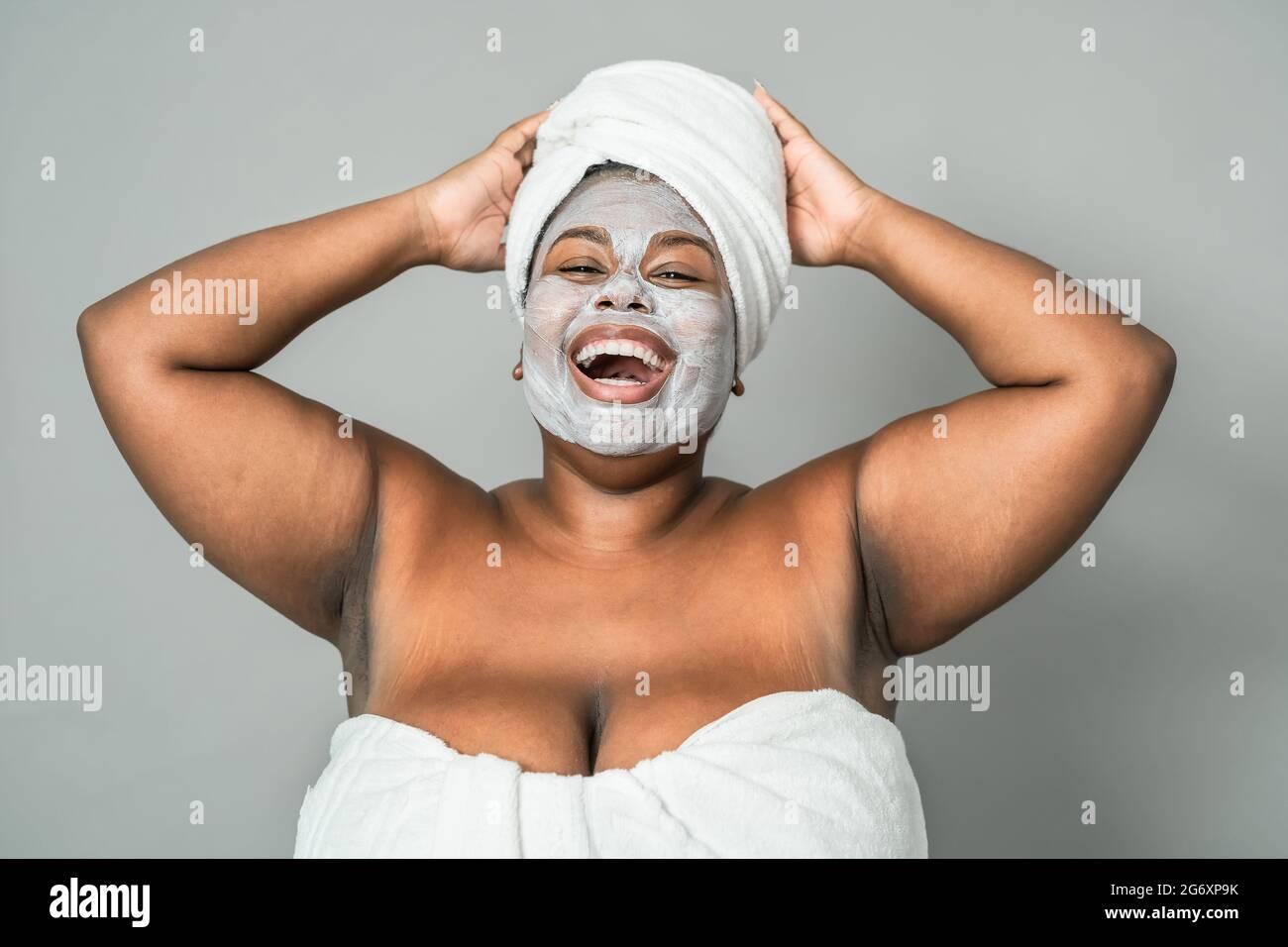 Happy Curvy femme africaine ayant soin de peau spa jour - beauté saine traitement propre et les jeunes gens style de vie concept Banque D'Images