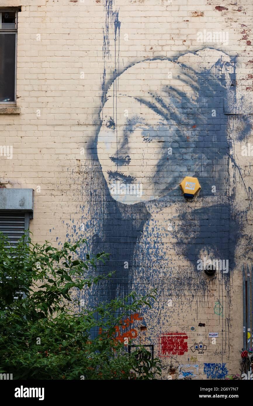 Graffiti Banksy, la fille avec le tympan percé, Albion Docks, ville de Bristol, Angleterre Banque D'Images
