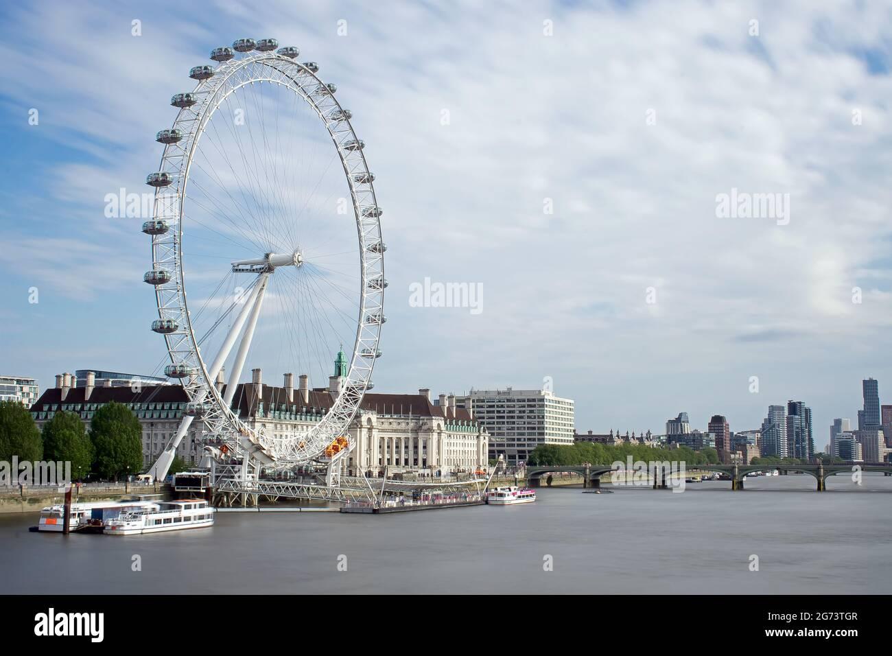 Le London Eye and County Hall dans le soleil de l'après-midi, vu du pont du Jubilé d'or. Le pont de Westminster traverse la Tamise, Londres, Royaume-Uni Banque D'Images