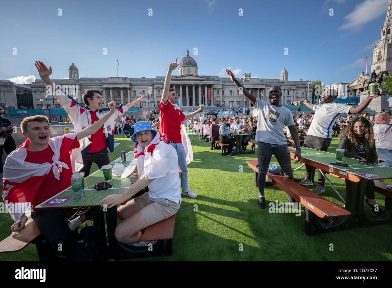 EURO 2020: Angleterre contre Danemark. Les supporters d'Angleterre regardent les grands écrans de Trafalgar Square tandis que l'Angleterre affronte le Danemark pour les demi-finales. Londres, Royaume-Uni Banque D'Images
