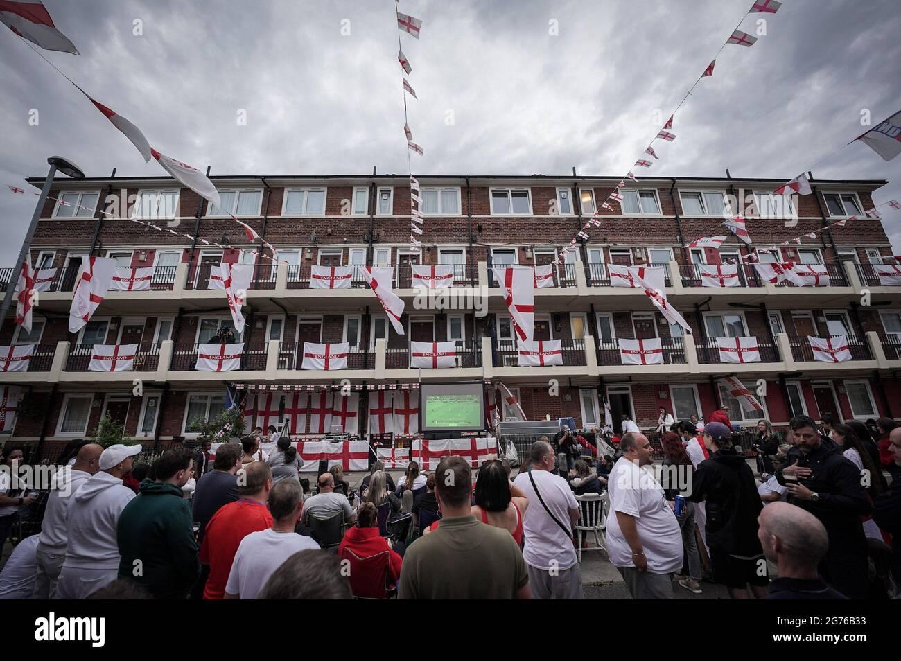 Londres, Royaume-Uni. 11 juillet 2021. UEFA EURO 2020: Angleterre contre Italie. Les résidents de la succession Kirby à Bermondsey montrent leur soutien lors du match final de ce soir. Credit: Guy Corbishley/Alamy Live News Banque D'Images