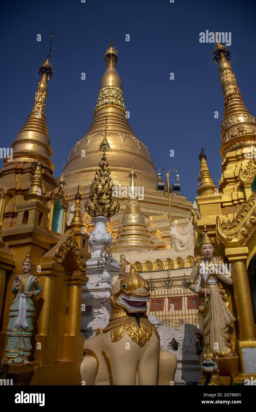 Pagode Shwedagon ou Grande Pagode Dagon. Stupa doré, sanctuaires dorés, figurine chinthe et fond bleu clair du ciel Banque D'Images