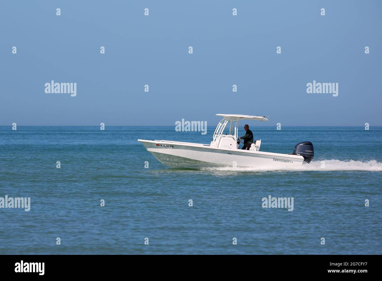 Un bateau à moteur qui s'accélère le long de la côte à Clearwater, Floride, États-Unis Banque D'Images