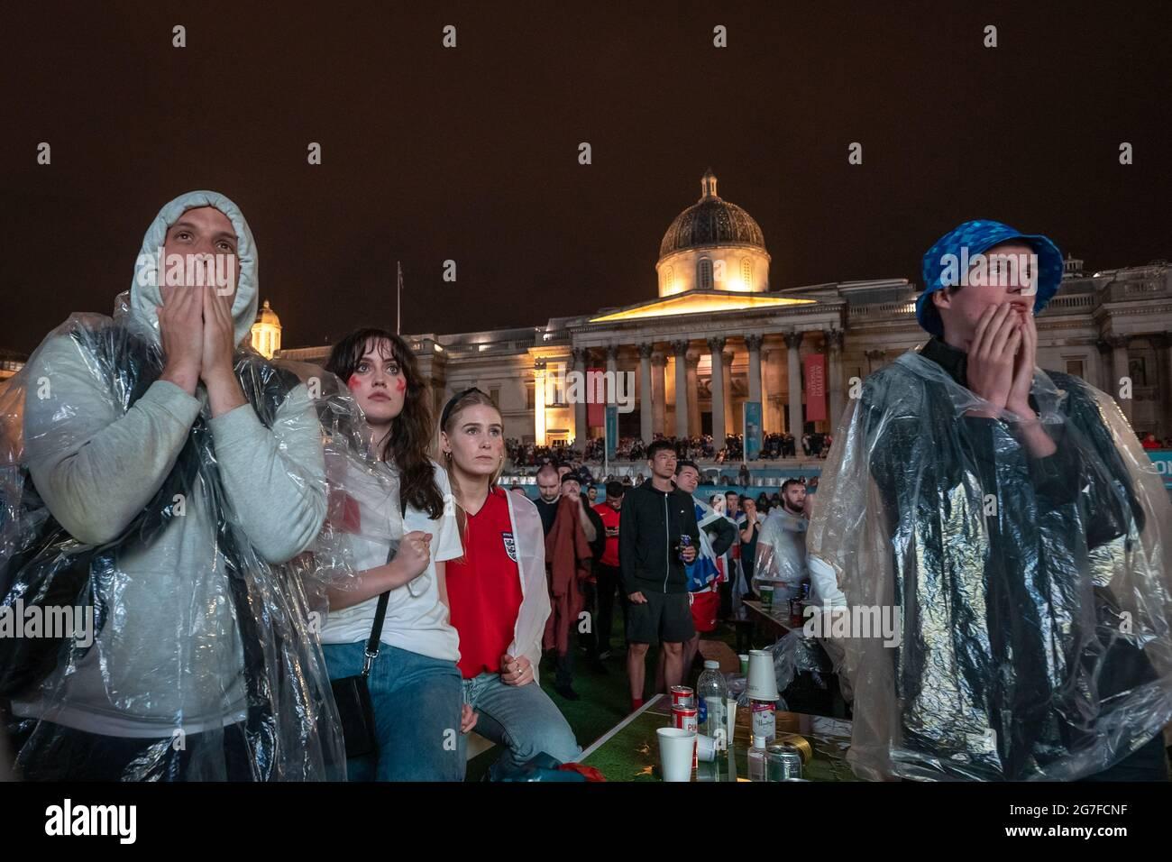 EURO 2020 : les fans d'Angleterre ressentent une défaite à Trafalgar Square tandis que l'Italie gagne 3-2 après une fusillade de pénalité déchiqueante lors de la finale de l'Euro. Londres, Royaume-Uni. Banque D'Images