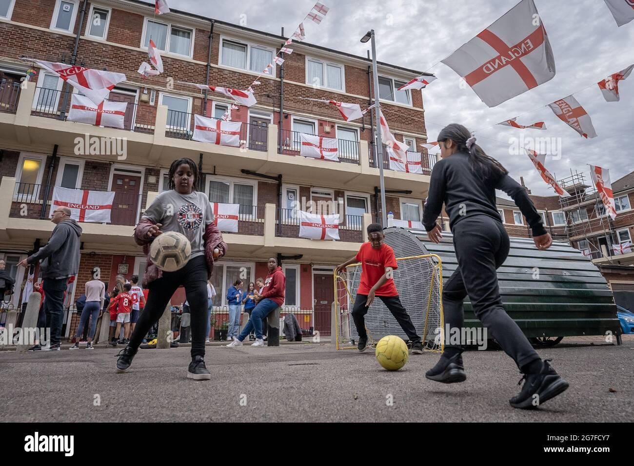 EURO 2020: Les résidents de la propriété Kirby à Bermondsey montrent leur soutien avec des centaines de drapeaux avant le match final de ce soir, l'Angleterre contre l'Italie. Londres, Royaume-Uni. Banque D'Images