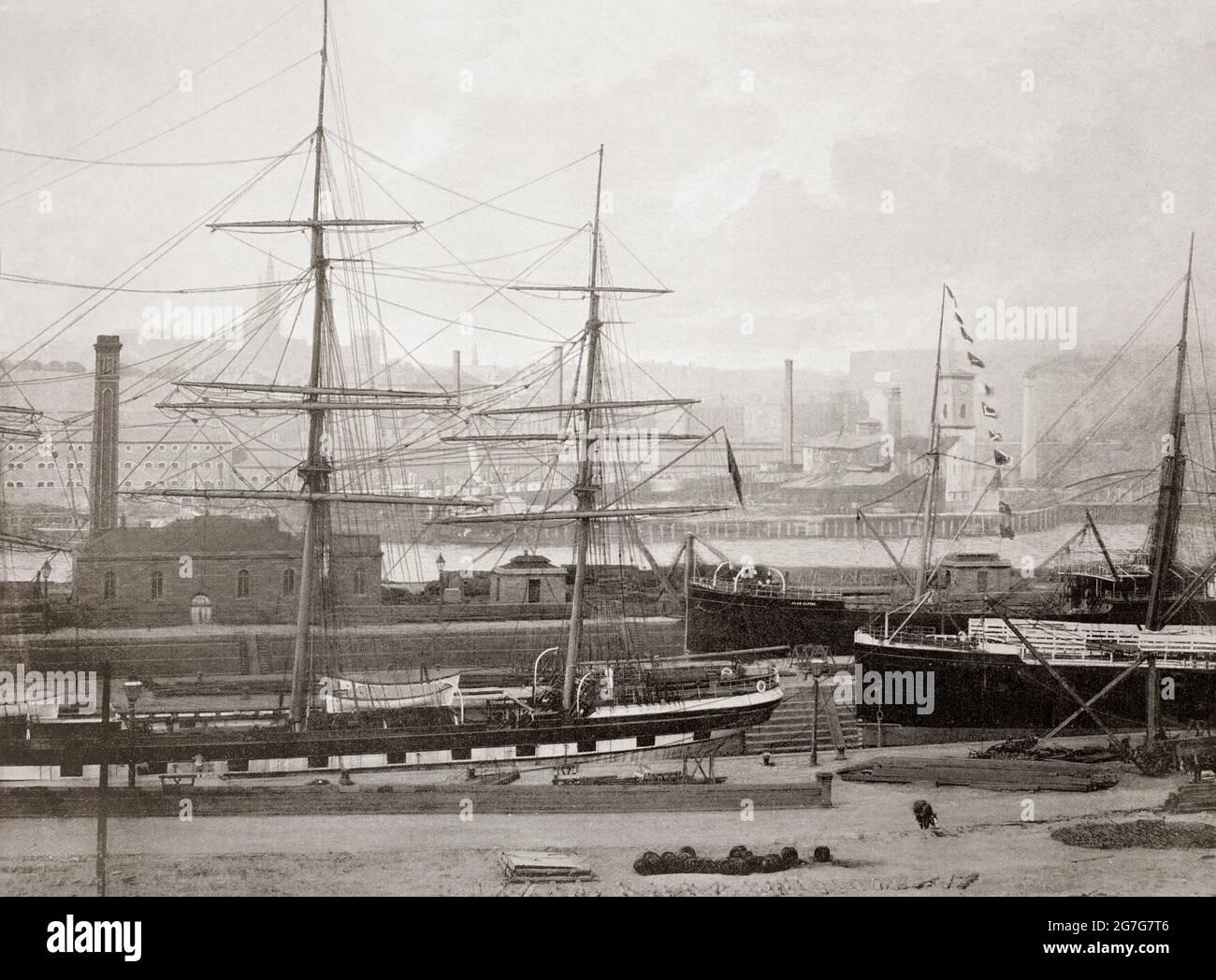 Vue de la fin du XIXe siècle sur la navigation à Partick, sur la rive nord de la rivière Clyde, juste en face de Govan, Glasgow, Écosse. L'expansion rapide de l'industrie de Partick a été basée sur le Clyde continuellement approfondi depuis le début des années 1820 par les rêveurs à vapeur. Ce processus de dragage a bientôt fourni des canaux de navigation en eau profonde jusqu'au port de Broomielaw, dans le centre de Glasgow. Vers les années 1840, le Clyde était assez profond et large à Govan et à Partick pour fournir des chantiers navals des deux côtés de la rivière, capable de construire d'énormes navires de mer Banque D'Images