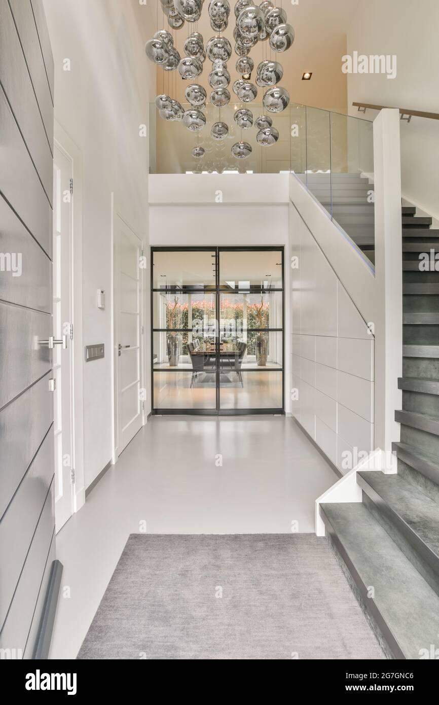 Escaliers dans le couloir de luxe donnant sur l'élégance Banque D'Images