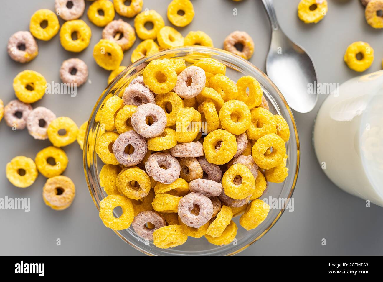 Anneaux de céréales colorés dans un bol sur fond gris. Vue de dessus. Banque D'Images