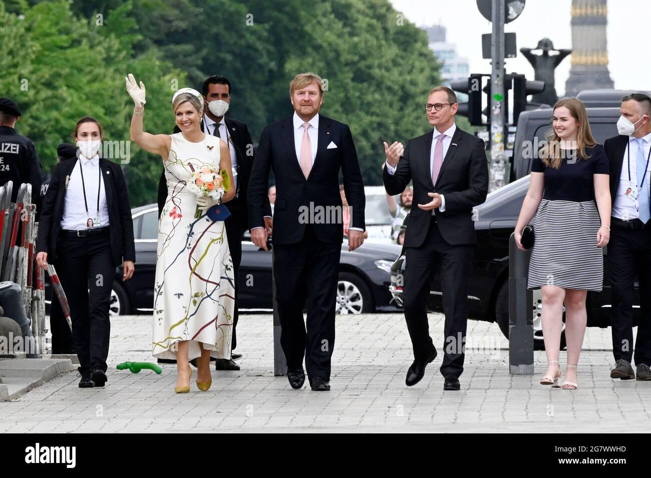 La reine Maxima, le roi Willem-Alexander des pays-Bas et Michael Mueller visitent le Brandenburger Tor le 5 juillet 2021 à Berlin, en Allemagne. Banque D'Images
