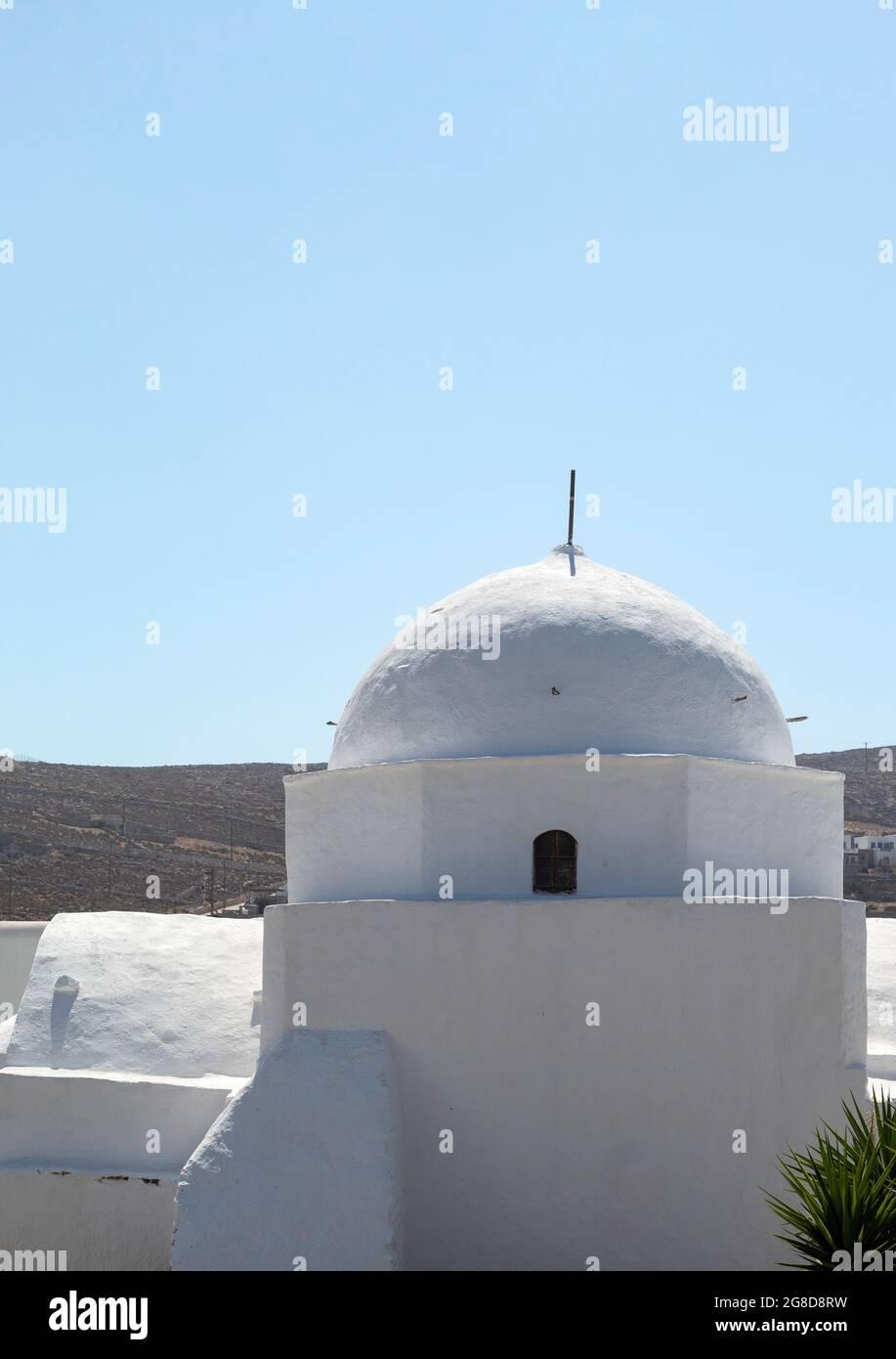 Île de Folegandros, Grèce. Église dans la vieille ville. Photo verticale de la vue rapprochée du dôme du magnifique bâtiment historique. Copier l'espace Banque D'Images