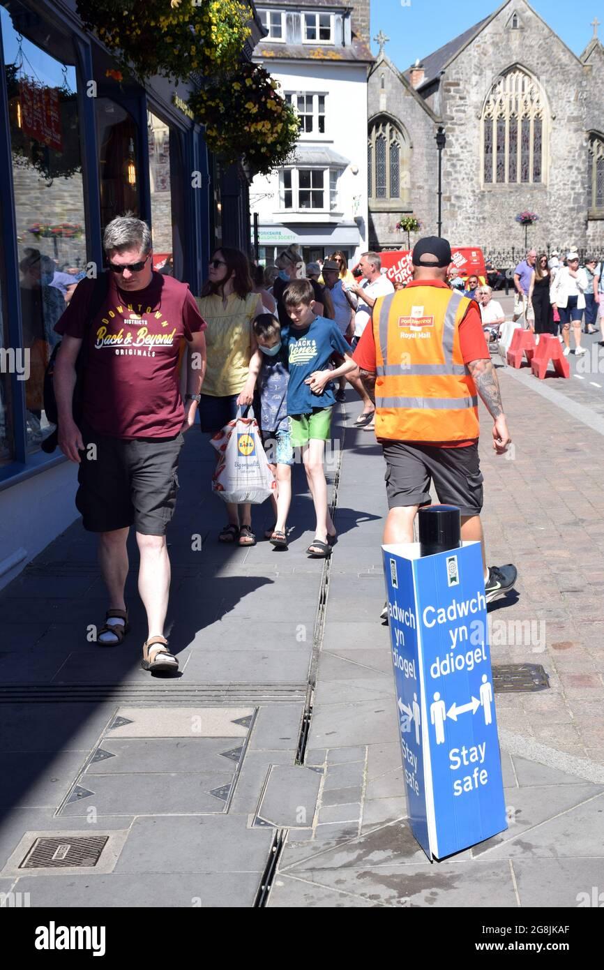 Signe social de distanciation pendant la pandémie de Covid, Tenby, Pembrokeshire, pays de Galles du Sud juillet 2021 Banque D'Images