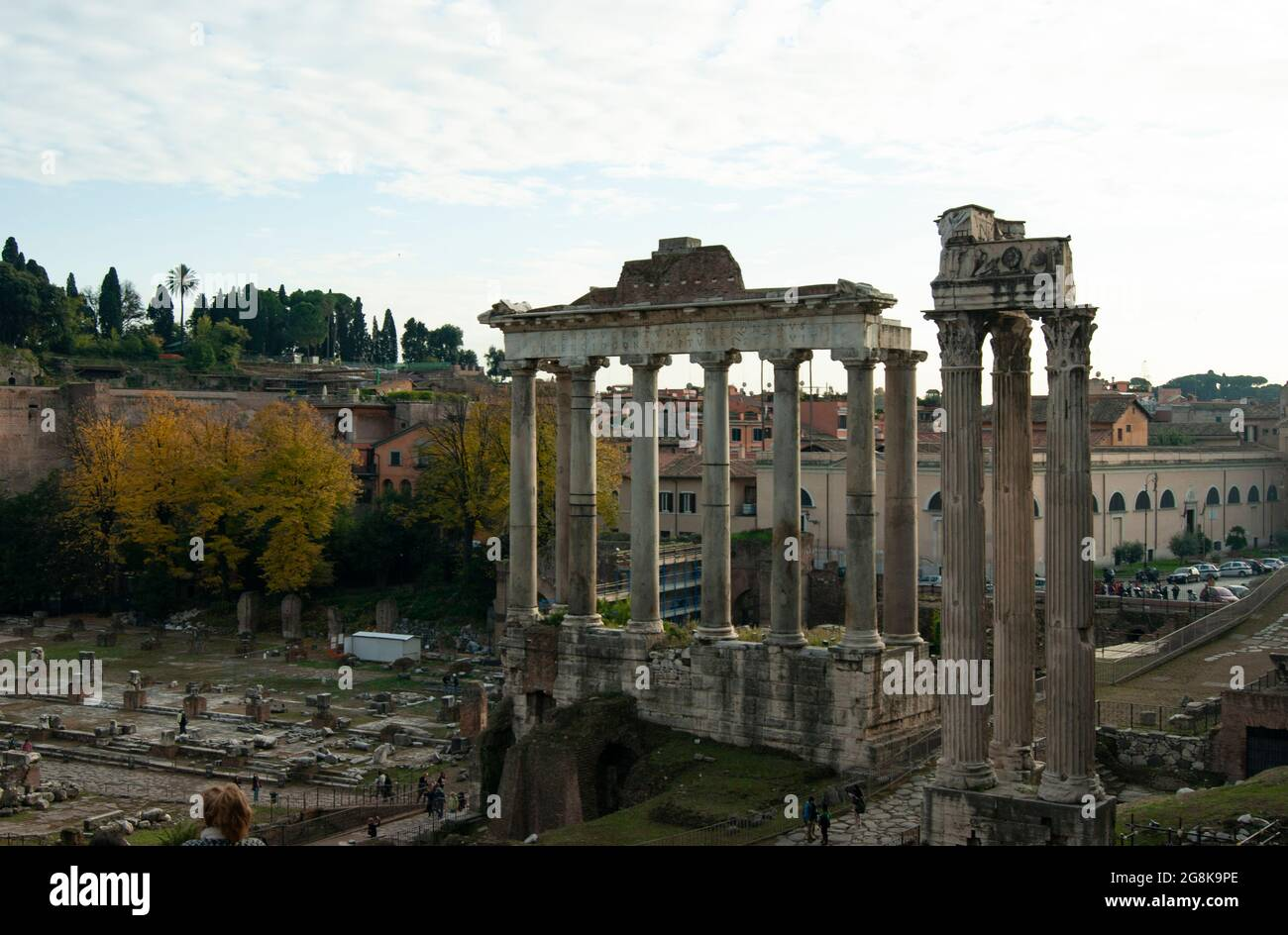 Forum, Temple de Rome de Saturne ancienne architecture classique sur le site historique au coeur de la ville antique vue sur le paysage. Banque D'Images