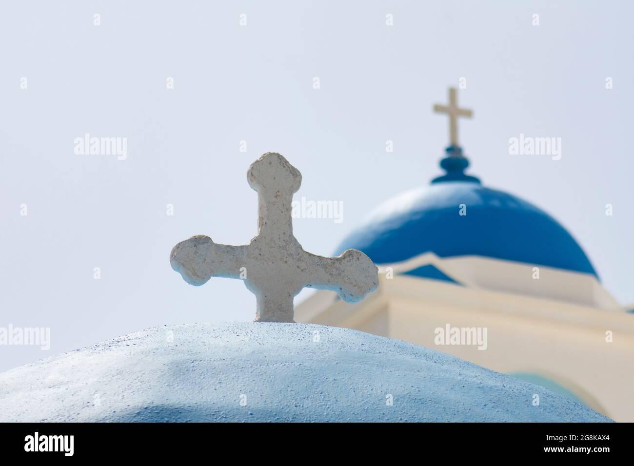 IOS Island Grèce traditionnelle église paysage aspect vue d'un gros plan des dômes bleus de deux élégantes anciennes chapelles flou arrière-plan fournit la copie Banque D'Images