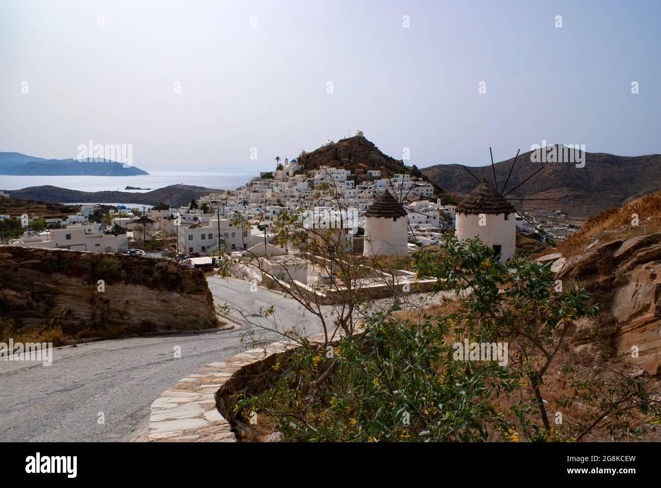 Grèce, île d'iOS Paysage panoramique avec vue sur le vieux village Grand angle spectaculaire tourné vers la belle vieille ville, l'espace Hora Copy Banque D'Images
